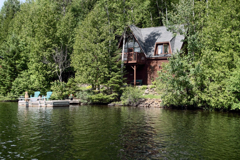 Un bord de l 39 eau a vendre chalet sainte lucie des for Bord de piscine en bois